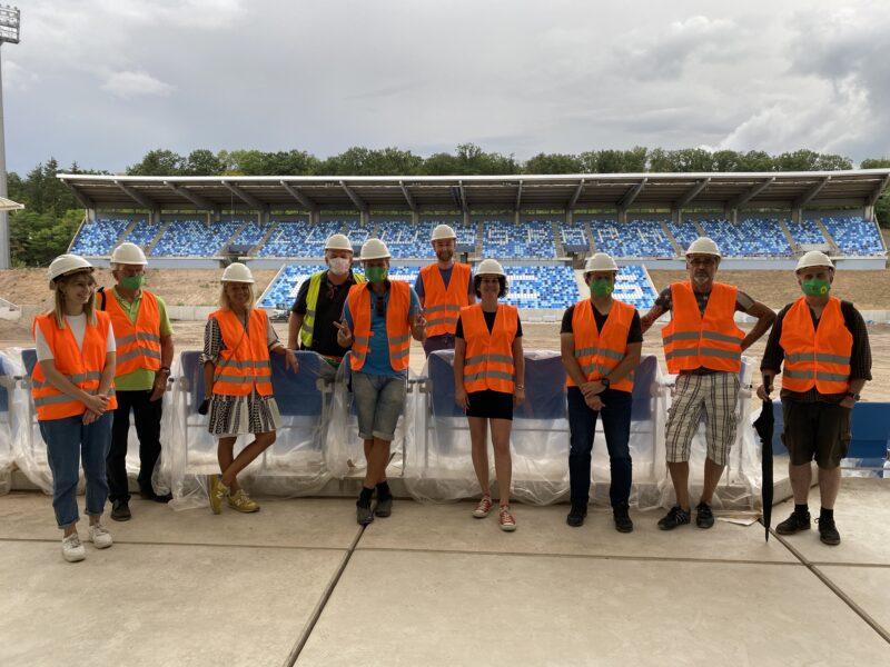 Gruppenbild der Grünen Stadtratsfraktion Saarbrücken beim Baustellenrundgang im Ludwigsparkstadion.
